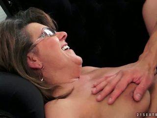 Млад guy fucks горещ баба