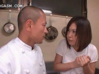 Asijské servírka gets kozičky grabbed podle ji šéf na práce