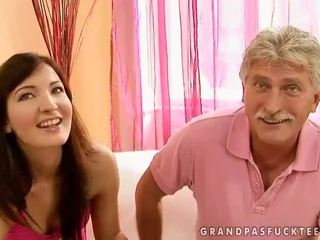 Abuelo y adolescente beauty enjoying caliente sexo