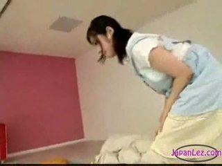 Asiatiskapojke flicka masturberar medan licking fingrar sova ni