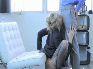 Blondie milf loves giving tête avant sexe