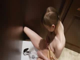 Lastenhoitaja kusipää masturbates kanssa bidet