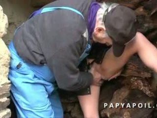 Papy baise a 2 une bonne betje eje et ejac sur ses gros seins