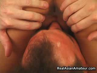 الآسيوية عاهرة الشرجي مارس الجنس في حين ركوب الخيل لها