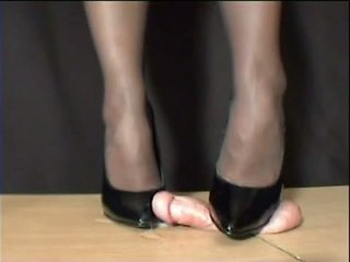 Señora arletta crushed en negra stilettos