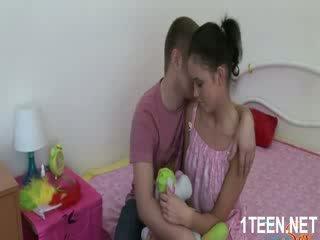 Ihualasti kuum tüdruk gets tissid sucked ja blowjobs
