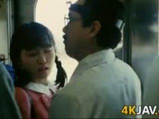 หญิง gets หมู่ บน a รถไฟ