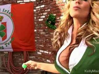 Mamuśka kelly madison lifts jej petticoat na a pieprzyć outdoors