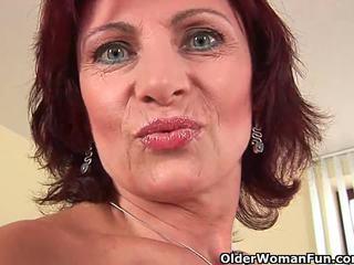 Senelė su sunkus speneliai ir plaukuotas putė masturbates
