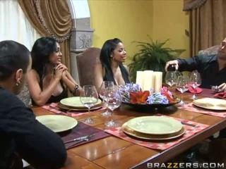 Menakjubkan buah dada besar rambut coklat wifes di itu tabel dan swap husbands
