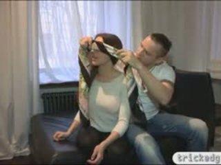 Tempting nastolatka gf zasłonięte oczy i banged przez jej bfs przyjaciel