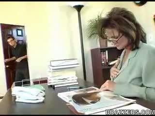 משרד, אמהות ובנים