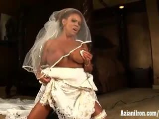 Aziani 鐵 成熟 female bodybuilder rides 西伯利亞 在 婚禮 連衣裙