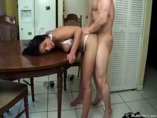 Príťažlivé mama gets fucked v the kuchyňa