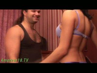 Brunete dame stripping
