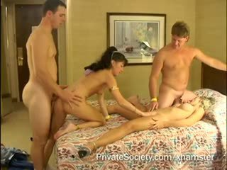 Four swingers sa a bed