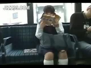 Nxënëse seduced këmbë fucked nga geek në autobuz