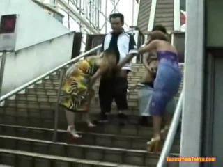 Asiatic lovitură muncă onto the stairs