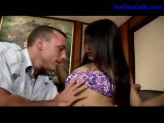 Tailandese ragazza succhiare cazzo getting suo fica scopata su il letto