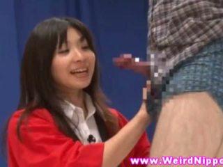 Warga asia gameshow babes lineup dan menunjukkan pantat/ punggung