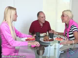 Blondīne skaistule gets vāvere eaten līdz boyfriend