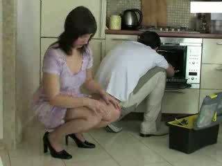 Huisvrouw en repairman video-
