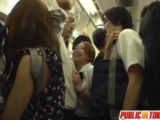 Nxënëse gives një stimulim me dorë në the autobuz