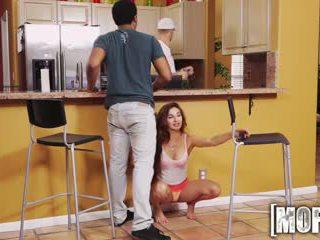 Mofos - smutsiga tonårs cheats på henne bf