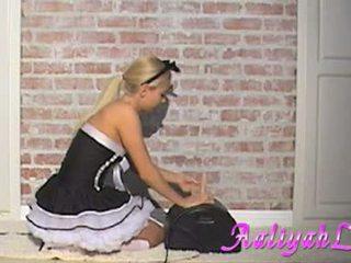 Aaliyah cinta seksi pembantu rumah engulfing yang feather duster