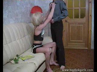 Randy guy drills cô gái tóc vàng crossdresser
