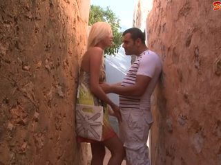 Blondinke najstnice fucks turist v alley
