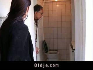 Oldje: млад тийн tries тя първи стар мъж