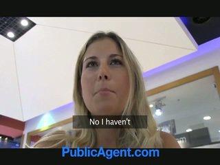 A seksi agent on onnekas kohteeseen naida a blondi vauva sisään auto