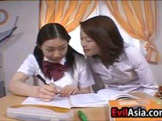 Lesbain asia schoolgirls berciuman