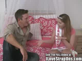Brandon gets tema võluv virgin perse perses poolt the strap edasi printsess