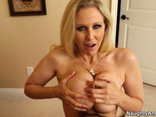 Sleaze blond gigantisk rack milf julia ann titfucks henne sons veileder