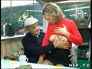 فرنسي شقراء شاق مارس الجنس في مجموعة من ثلاثة أشخاص مع papy بصاصة