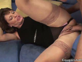 Seksi milf hoe sucks dia sons friends besar boner