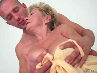 ग्रॉनी enjoys हॉट सेक्स साथ युवा आदमी