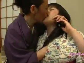 Asiatisk tenåring i kimono gets henne pupper licked