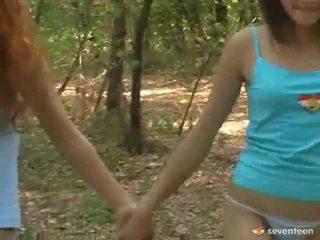 Гей жени тийнейджъри вътре на гора