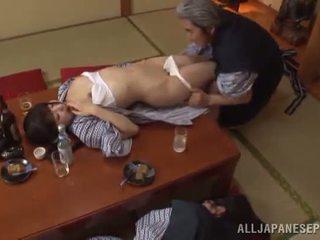 Sleaze arisa has son japonais miel pot shaged par mature guy