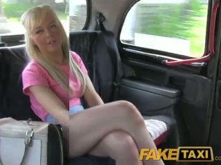 Faketaxi mooi blondine brits babe gets drivers sperma op haar bald poesje
