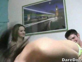 Em um quarto com five hooters universidade pintos