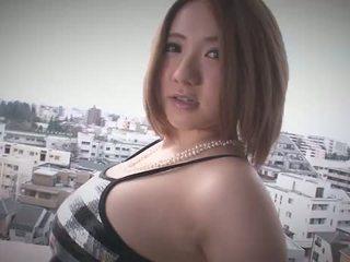 Alice ozawa gives un japón mamada y fucks two guys