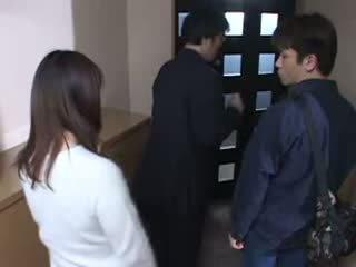 Japońskie mama przyłapani jej husbands masturbate wideo
