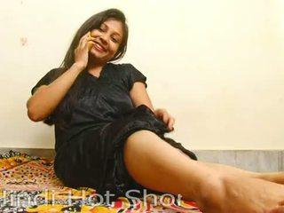 Indiane nxehtë vajzë masturbates në telefon