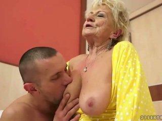 Голям бюст бабичка gets тя космати путка прецака