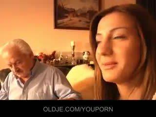 Bunic inpulit de tineri alice