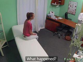 Bruneta fund licked și inpulit de medic video